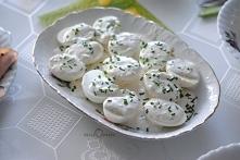Jajka z sosem czosnkowym      7 jajek     3-4 łyżki majonezy     2-3 ząbki czosnku     2 łyżki gęstego jogurtu     sól, pieprz     1 łyżka posiekanego świeżego koperku     1/2 ł...