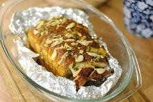 Faszerowany czerstwy chleb      1 bochenek czerstwego chleba (lepiej sprawdza się pieczywo pszenne niż razowe)     3 łyżki masła     4 łyżki oliwy     1/2 białej cebuli     1 ły...