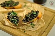 Tapenada – pasta z czarnych oliwek  1 słoiczek drylowanych czarnych oliwek 4-5 łyżki oliwy z oliwek 3 ogórki kiszone 2 łyżeczki posiekanej natki pietruszki  Dodatkowo:  3 pół ba...