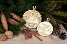 """Bombki grawerowane """"Wesołych Świąt"""".  Bombki grawerowane """"Wesołych Świąt"""" to piękna bożonarodzeniowa ozdoba, którą można zarówno udekorować świąteczny stół, jak i powiesić w okn..."""