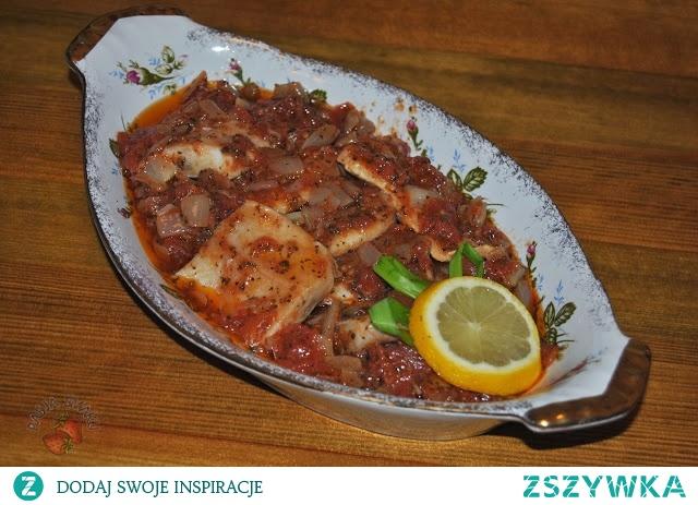 Śledzie po kaszubsku      1/2 kg śledzi     3-4 cebule     2-3 łyżki koncentratu pomidorowego     olej rzepakowy  Cebulę pokroić w kostkę, poddusić na oleju, dodać koncentrat pomidorowy. Śledzie pokroić na porcje. Ułożyć na półmisku, na wierzch wyłożyć wystudzoną cebulę z koncentratem.