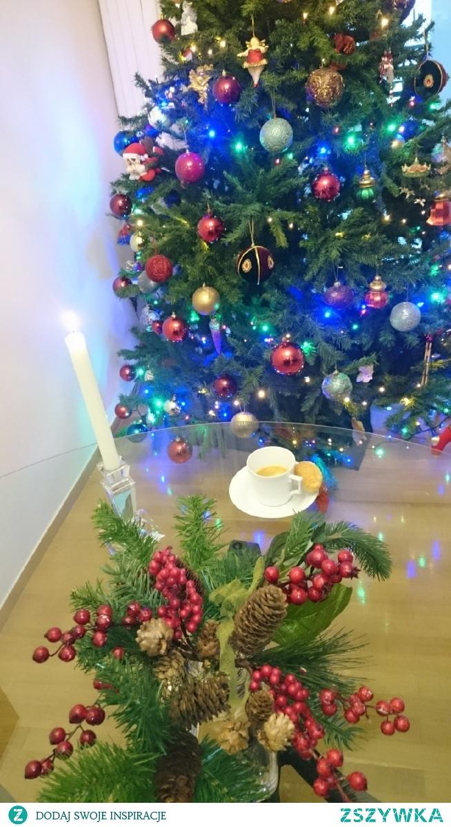 W towarzystwie choinki kawa lepiej smakuje. Niepozorne drzewko a daje tyle radości i blasku o każdej porze dnia i nocy.