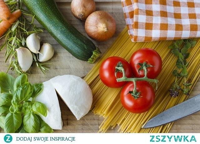 Tosty z mozzarellą, szynką, pomidorami i świeżą bazylią. Przepis Pani Dietetyk na zdrowe i smaczne tosty. Przepis po kliknięciu w zdjęcie.