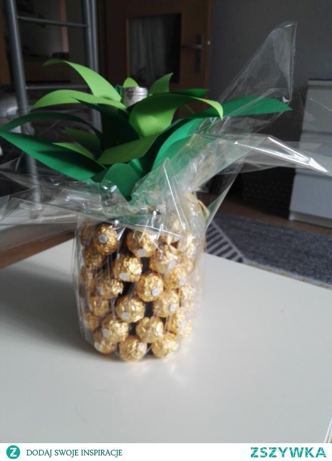 pomysł ze zszywki w moim wykonaniu :D wino opakowane jako prezent w letnim ananasowym stylu