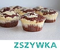 MUFFINKI KAKAOWO-SEROWE Składniki: •120 g mąki pszennej •½ łyżeczki proszku do pieczenia •15 g kakao •80 g cukru •100 g masła •2 jajka •100 ml mleka •200 g serka homogenizowanego naturalnego •1 łyżka mąki pszennej •50 g cukru •20 g wiórków kokosowych •aromat waniliowy Mąkę, kakao i proszek do pieczenia przesiać. W misce masło utrzeć z cukrem na puszystą masę. Dodać jedno jajko. Zmiksować dokładnie. Wsypać przesianą mieszankę mączną, dolać mleko. Jeżeli masa jest bardzo gęsta – dodać więcej mleka, gdy jest rzadka – dosypać mąki. W oddzielnym naczyniu połączyć serek homogenizowany, z cukrem, jajkiem, mąką i aromatem waniliowym. Zmiksować. Dodać wiórki kokosowe, wymieszać. Formę na muffinki wypełniać masą kakaową do 2/3 wysokości, na wierzch kłaść po łyżce masy serowej. Piec w piekarniku rozgrzanym do 180 stopni Celsjusza przez 25 minut.