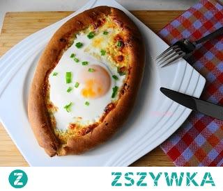 Chaczapuri Adżarskie. Bardzo syta potrawa kuchni gruzińskiej,w formie łódek z ciasta drożdżowego poleca się na śniadanie.