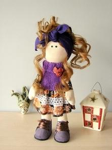 Lalka wykonana ręcznie z trykotu. Części garderoby w większości są stałym elementem.