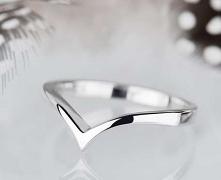 Minimalistyczny pierścionek w kształcie litery V, który jednocześnie może być...