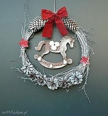 Świąteczny wianek z konikiem na biegunach z kolekcji Weihnachten. Dekoracja ś...