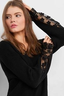 Sweter z ażurem na rękawach