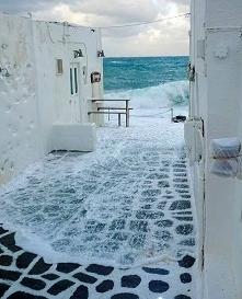 Gdy morze ma ochotę na spacer i kto naturze zabroni?