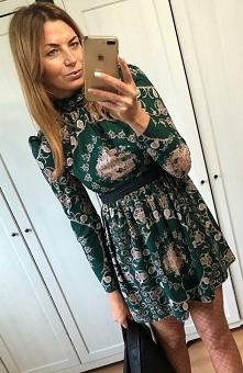 Lola Caris sukienka wzorzysta Niezwykle wygodna a zarazem bardzo urocza sukienka to idealna propozycja na sezon jesień-zima, model dostępny jest w kilku najmodniejszych wzorach ...