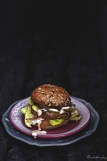 Burger z kurczaka z sosem mleczno-chrzanowym
