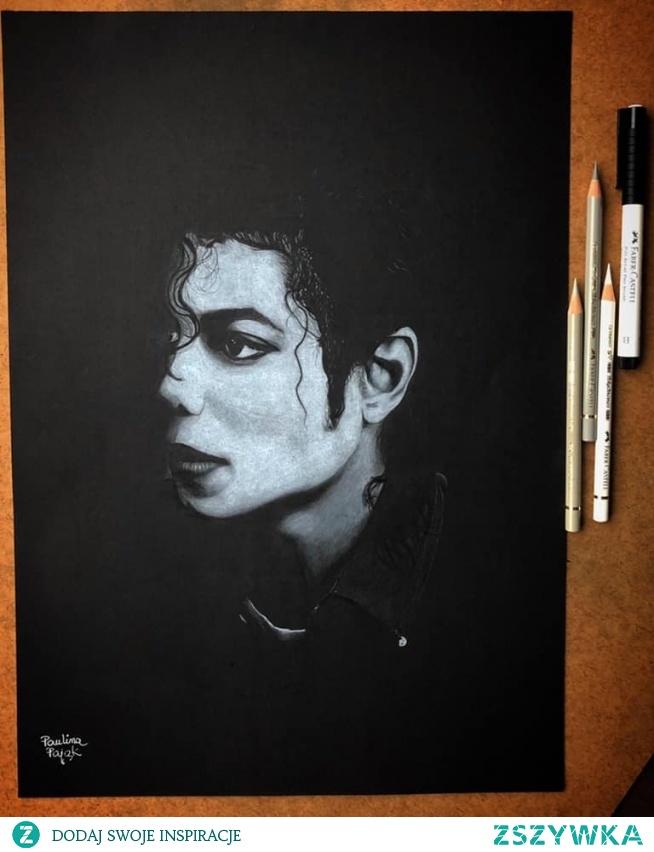 Portret Michaela Jacksona wykonany białą kredką na czarnym papierze, format A3