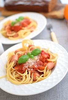 Spaghetti z parówkami w sos...
