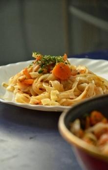 Lekki makaron ryżowy z tuńczykiem i pomidorami