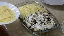 Sałatka Śledziowa posypana serem
