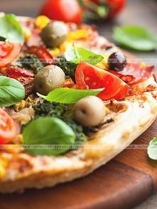 Domowa pizza z papryką i pomidorami