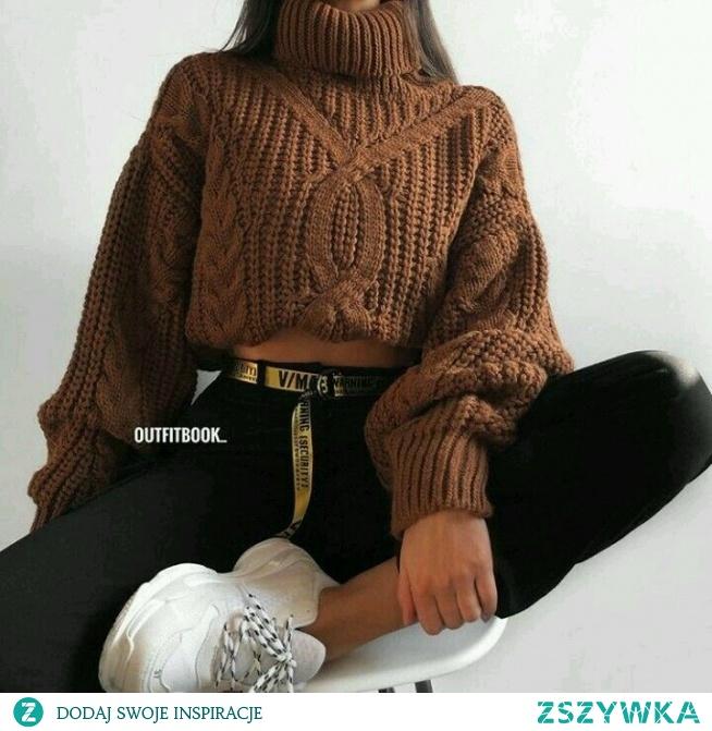 Zimowa stylizacja z brązowym swetrem
