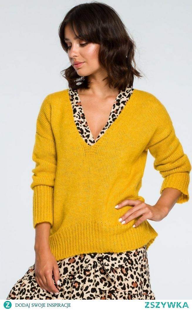 BE BK012 sweter musztardowy Luźny sweterek typu oversize podkreśli każdą Twoją codzienną stylizację, nałożony na sukienkę doda jej romantycznego charakteru, wykonany został z niezwykle miękkiej dzianiny, dekolt w szpic