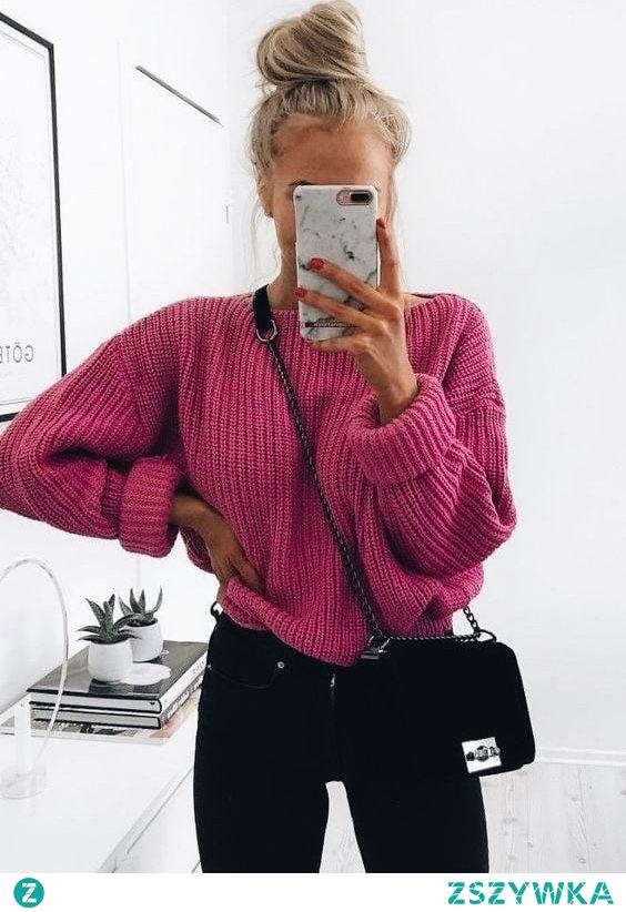Zimowa stylizacja z różowym swetrem