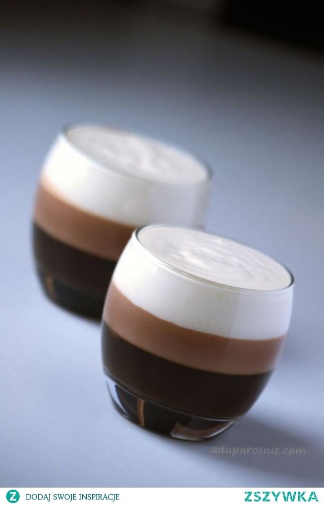 Galaretka kawowo-czekoladowa  Składniki na 2 duże porcje:  2 łyżeczki żelatyny w proszku GELLWE niecała szklanka zaparzonej kawy ( u mnie rozpuszczalna Nescafe, posłodzona mocniej niż zazwyczaj) czekolada mleczna wiśniowa garść suszonych wiśni 100 ml śmietanki kremówki + 120 ml ubitej kremówki 50g białej czekolady odrobina ciepłej wody szczypta soli  -Najpierw robimy dolną warstwę:  Do zaparzonej kawy dodajemy łyżeczkę żelatyny rozpuszczonej całkowicie w ciepłej wodzie. Całość mieszamy, wlewamy do pucharka i odstawiamy do ostygnięcia. Po wystudzeniu wkładamy pucharka do lodówki, aż do momentu stężenia się galaretki.  -Następnie produkujemy środkową warstwę:  Rozpuszczamy wiśniową czekoladę w kąpieli wodnej, dodajemy do niej 100 ml śmietany kremówki i całość delikatnie mieszamy. Następnie dodajemy suszone wiśnie oraz rozpuszczoną w ciepłej wodzie łyżeczkę żelatyny. Gotową masę odkładamy na chwilę do przestudzenia się, a następnie wlewamy na kawową galaretkę i odstawiamy do lodówki, do chwili stężenia się galaretki.  - I nadszedł czas na białą warstwę:  50 g rozpuszczonej w kąpieli wodnej białej czekolady dodajemy do ubitej na sztywno kremówki z odrobiną soli. Całość miksujemy i wlewamy na na deser. I znowu sru do lodówki i czekamy, aż stężeje