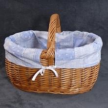 Wiklinowy kosz na zakupy z materiałowym wkładem.