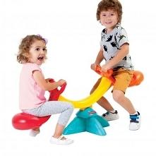 Kolorowa huśtawka równoważna dla dzieci Fisher Price Happy Whale Seesaw dzięki swoim kompaktowym rozmiarom idealnie sprawdzi się w ogrodzie jak i w sali zabaw.