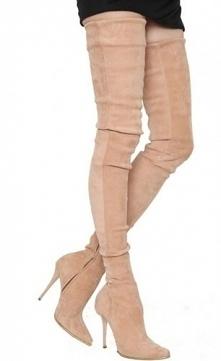 Oszałamiająco długie buty, dopasowane do ciała, pięknie podkreślające zgrabne...