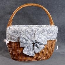 Wiklinowy koszyk zakupowy z materiałowym wkładem.