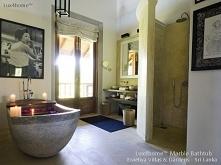 Stojąca wanna z kamienia w łazience hotelowej. Wanna kamienna wolnostojąca od Lux4home™