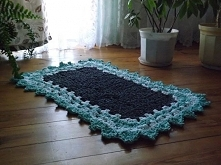 Prostokątny dywan dziergany ze sznura bawełnianego szydelkiem. Sznur bawełniany grubość 5 mm.Kolory ciemno szary,biały i miętowy.Rozmiar długość 125 cm szerokość 90 cm.Dostępny ...