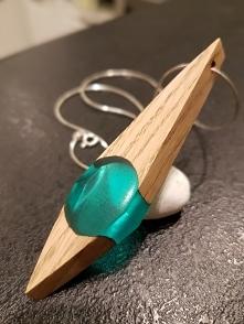 Unikalny wisior z dębu zatopionego w zielonej żywicy. Idealny prezent dla osoby, która lubi mieć naturę blisko siebie.