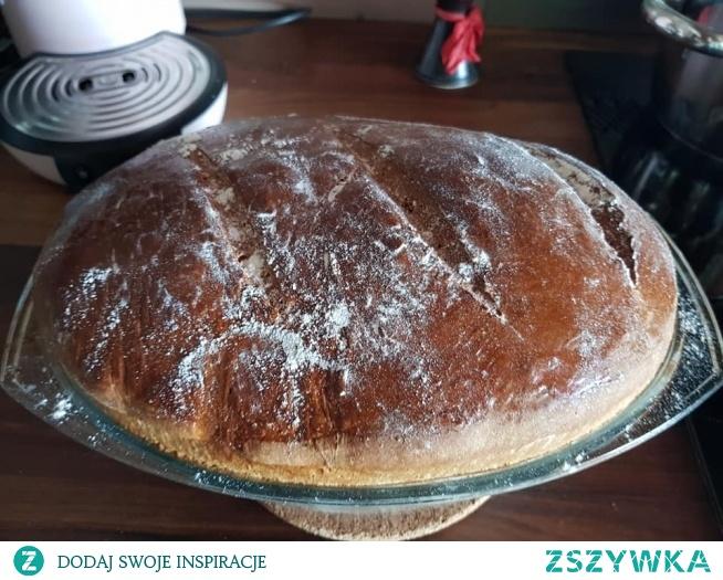 Chlebek Brioche Italiano - 25g drożdży - 150g mleka - 4 jajka  - 100g masła - 500g mąki - 50g cukru - szczypta soli Wykonanie:  Drożdże rozpuścić w letnim mleku, mąkę przesiać , masło roztopić +4 jajka wszystko wymieszać około 10 min.  Odstawić na godz w ciepłym miejscu pod przykryciem na około 1 godz.  W miedzy czasie formę wysmarować tłuszczem i obsypać mąka . Ciasto wyrośnięte przełożyć do formy i odstawić jeszcze trochę do wyrośnięcia  następnie do rozgrzanego piekarnika wstawiamy i pieczemy około 45-50 min w 180° z termoobiegiem.