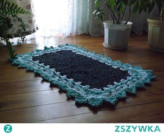 Prostokątny dywan dziergany ze sznura bawełnianego szydelkiem. Sznur bawełniany grubość 5 mm.Kolory ciemno szary,biały i miętowy.Rozmiar długość 125 cm szerokość 90 cm.Dostępny od zaraz.Zapraszam serdecznie.Istnieje możliwość  wydziergania w innych kolorach .Wiadomość proszę zostawić na priv