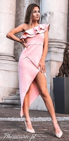 Pudrowo różowa sukienka dla...