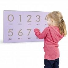 Nakładka na specjalną tablicę firmy Viga Toys, dzięki której dziecko może nau...