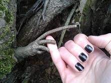 Rącka znaleziona w lesie