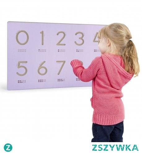 Nakładka na specjalną tablicę firmy Viga Toys, dzięki której dziecko może nauczyć się pisać cyferki. Zabawka doskonale sprawdzi się jako pomoc przy nauce cyferek i liczenia.