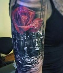 tatuaż róża i krople wody