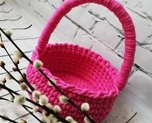 Koszyczek wykonany na szydełku. Sprawdzi się jako kosz do przechowywania różnych bibelotów lub jako koszyczek wielkanocny.  Wielkość: średnica ok. 17 cm., wysokość z rączką ok. ...
