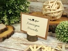 winietki na drewnianej podstawce lub drewnianym pieńku, idealne do rustykalnego stylu wesela