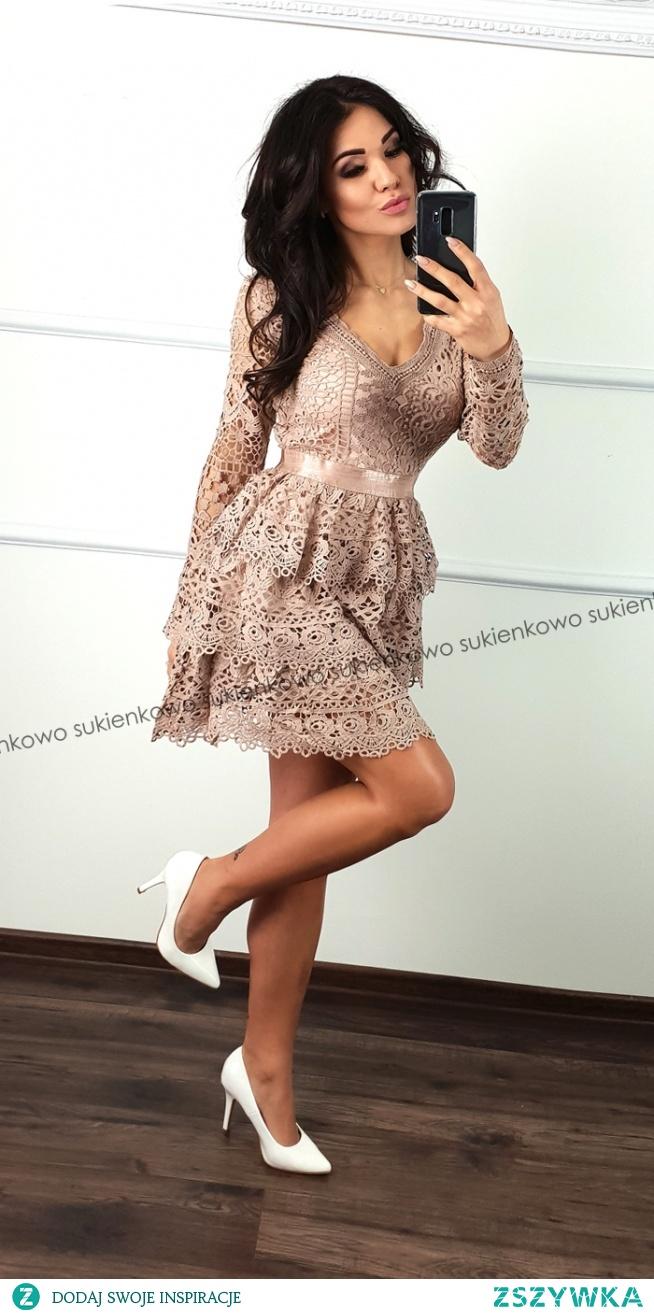 Kliknij w zdjęcie by przejść do produktu sukienkowo.com  MELINDA - gipiurowa sukienka z dekoltem różowo-beżowa