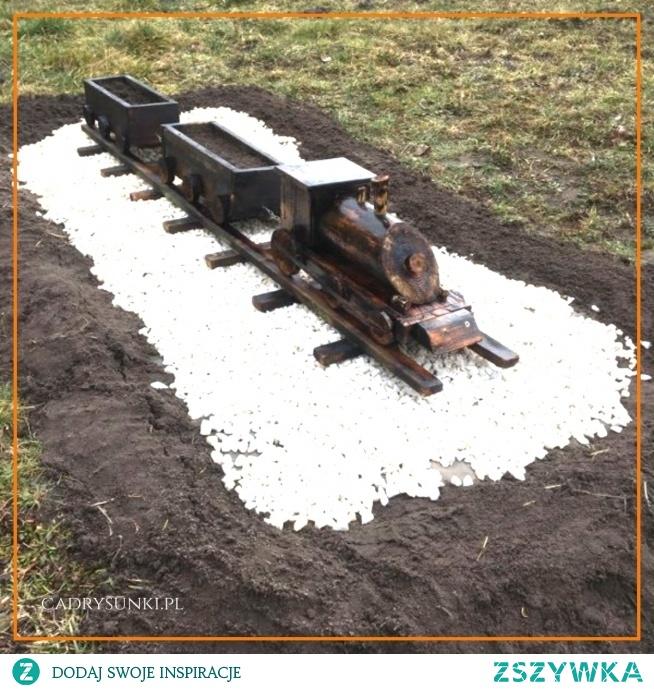 Kolejka czyli lokomotywa z wagonami wykonana z drewna. #wood Queue or locomotive with wagons made of wood.