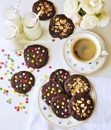 Proste MEGA CZEKOLADOWE ciastka Składniki na około 15 ciastek, składniki powinny być w temperaturze pokojowej: 150g miękkiego masła (w temperaturze pokojowej) 150g ciemnego trzc...