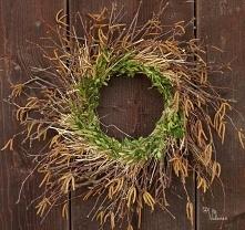 Wianek wielkanocny. Bardzo wiosenny wianek zrobiony z gałązek różnych drzew (brzozy, bukszpanu i in.) Dodatkowo wplecione siano. Dekoracja wielkanocna do wnętrz albo na drwi.