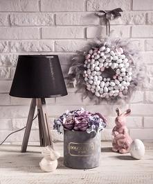 Na zdjęciu przedstawiony został nasz oryginalny wianek wielkanocny i piękny flower box w pastelowych kolorach ze szcztucznymi kwiatami (róże oraz hortensje)   Zdjęcie i aranżacj...