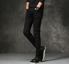 Klasyczne, męskie czarne spodnie. Pasują na każdą okazję. Można łączyć je z marynarką, swetrem czy ramoneską. Kliknij w zdjęcie i sprawdź, gdzie je kupić.