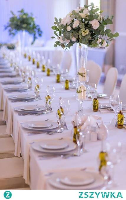 Butelka na nalewki bądź oliwę z dopasowaną etykietką, naklejką będzie niezapomnianym prezentem, upominkiem dla Twoich gości weselnych.