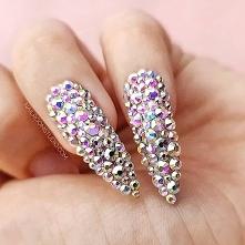 Kryształy na paznokciach są...